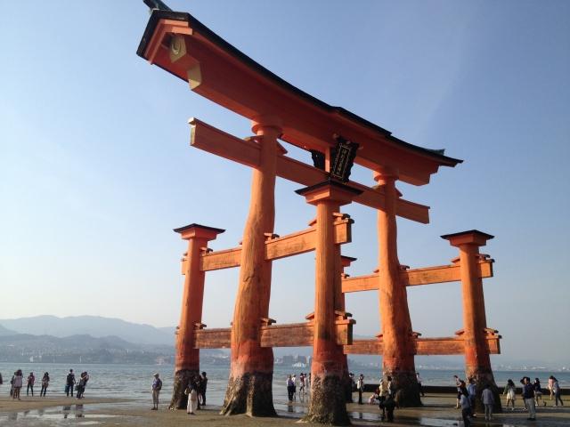 宮島で子供と大鳥居と一緒に写真撮影