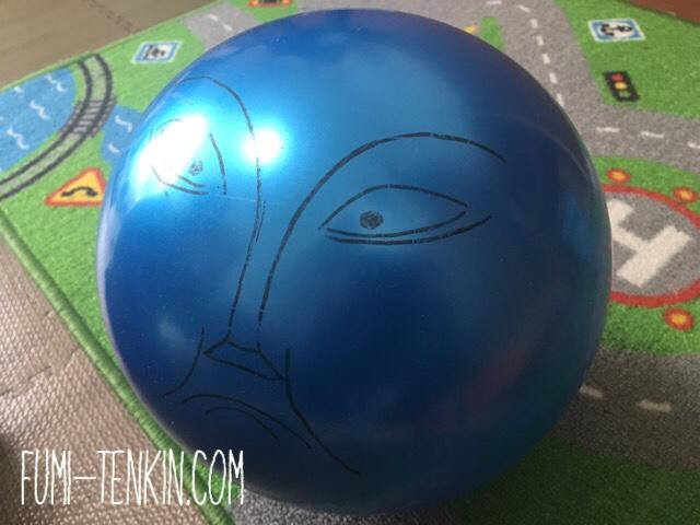 トーマスのボルダーの顔を描いたボール